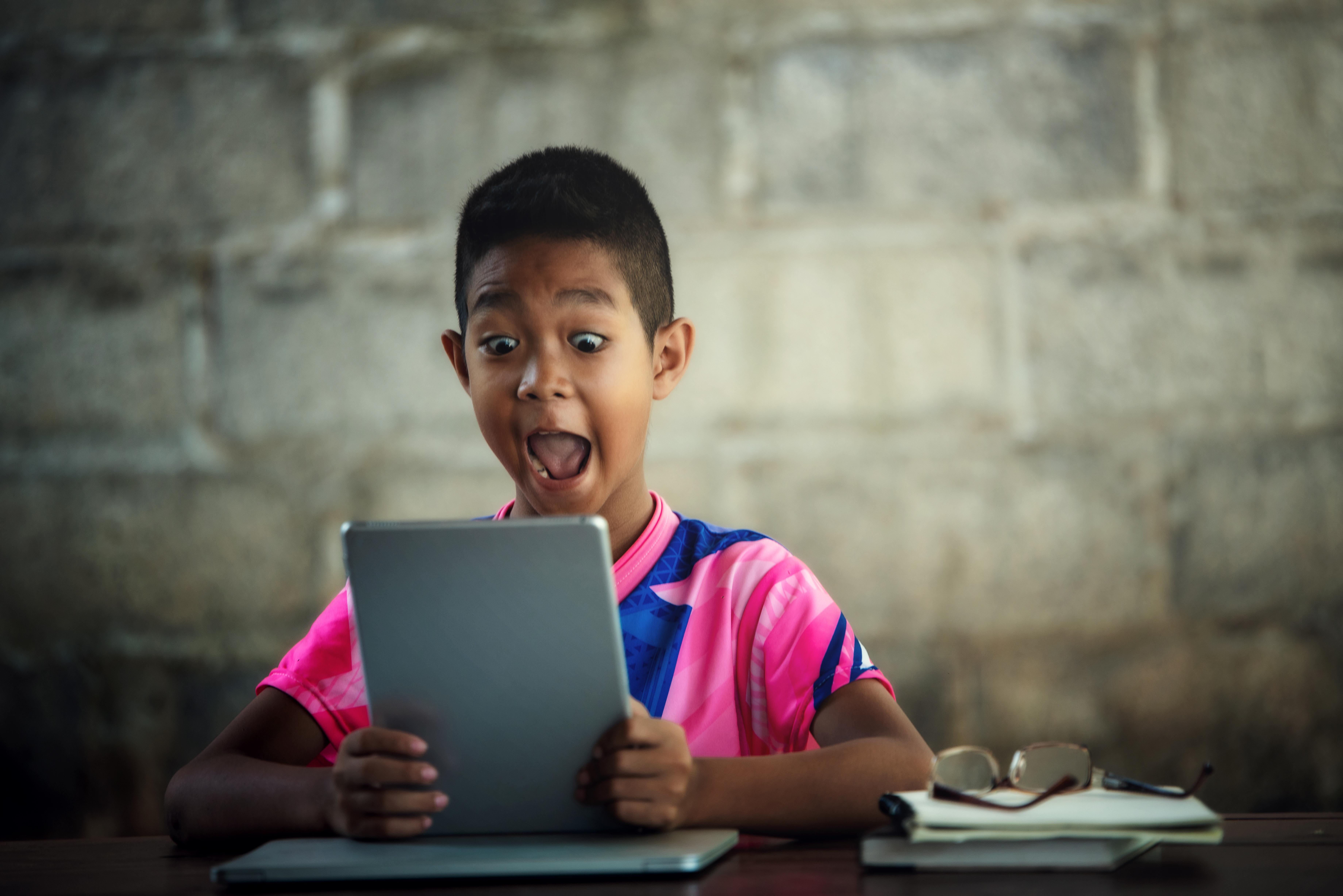 A criança digitalizada inserida na aprendizagem da educação do futuro.